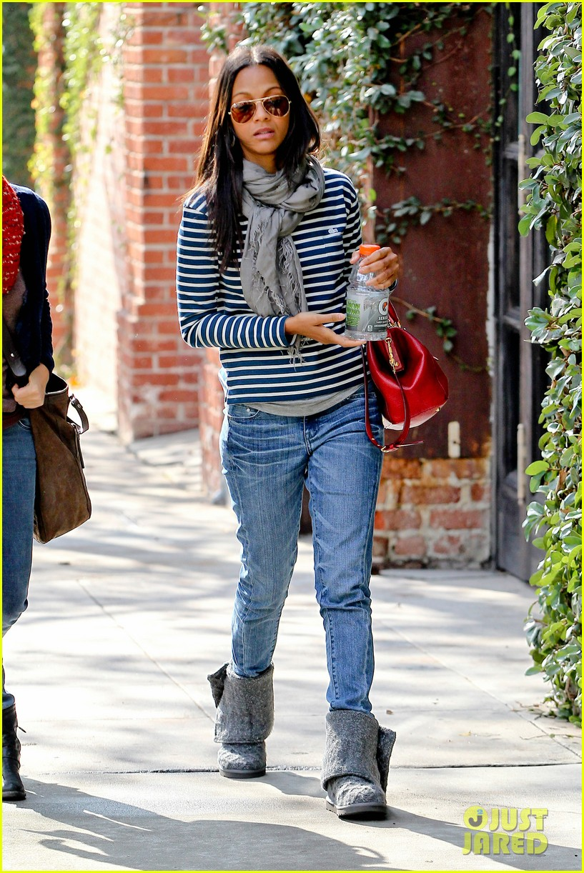 zoe saldana loves the los angeles rain 162769095