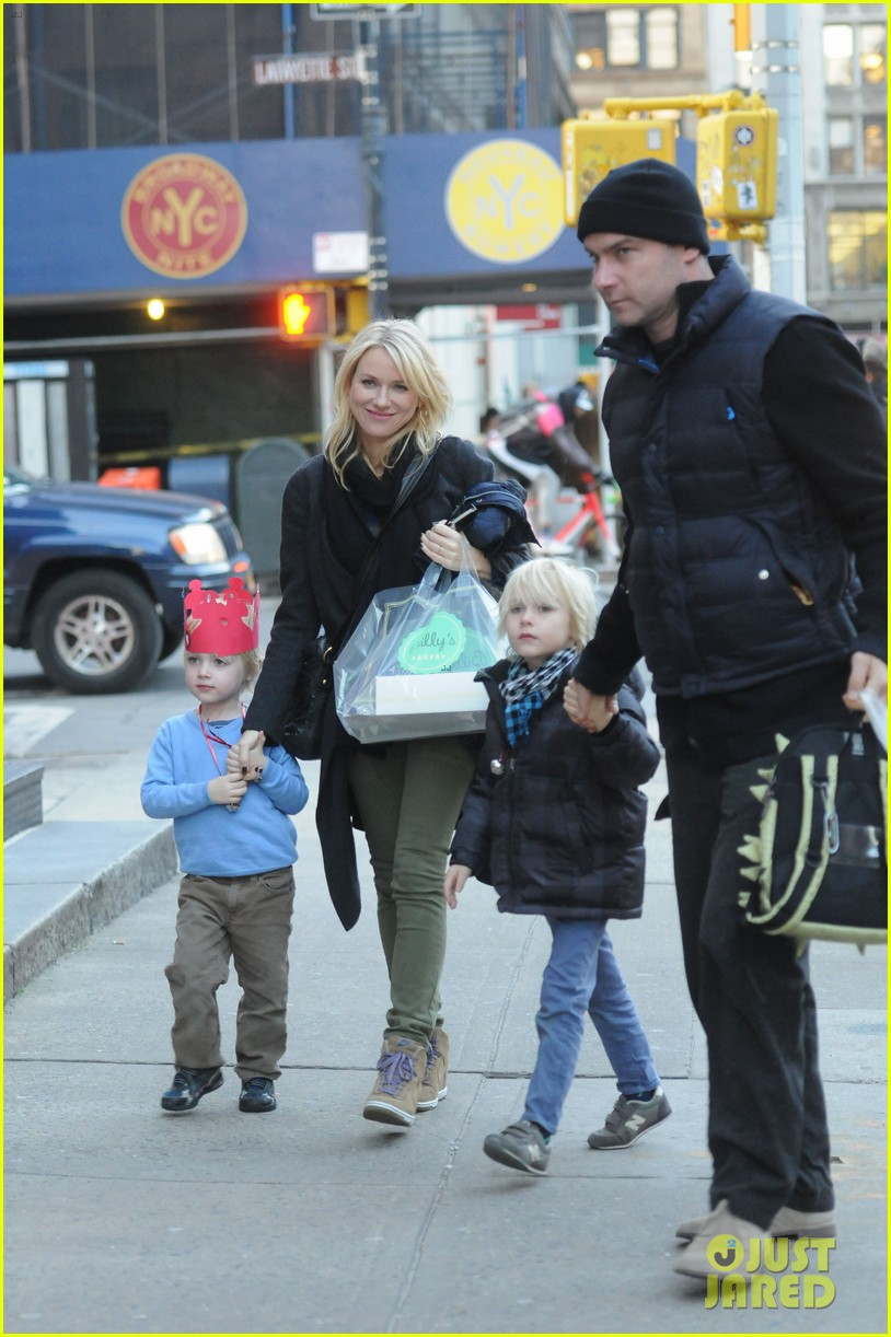 naomi watts liev schreiber loves biking with the boys 03