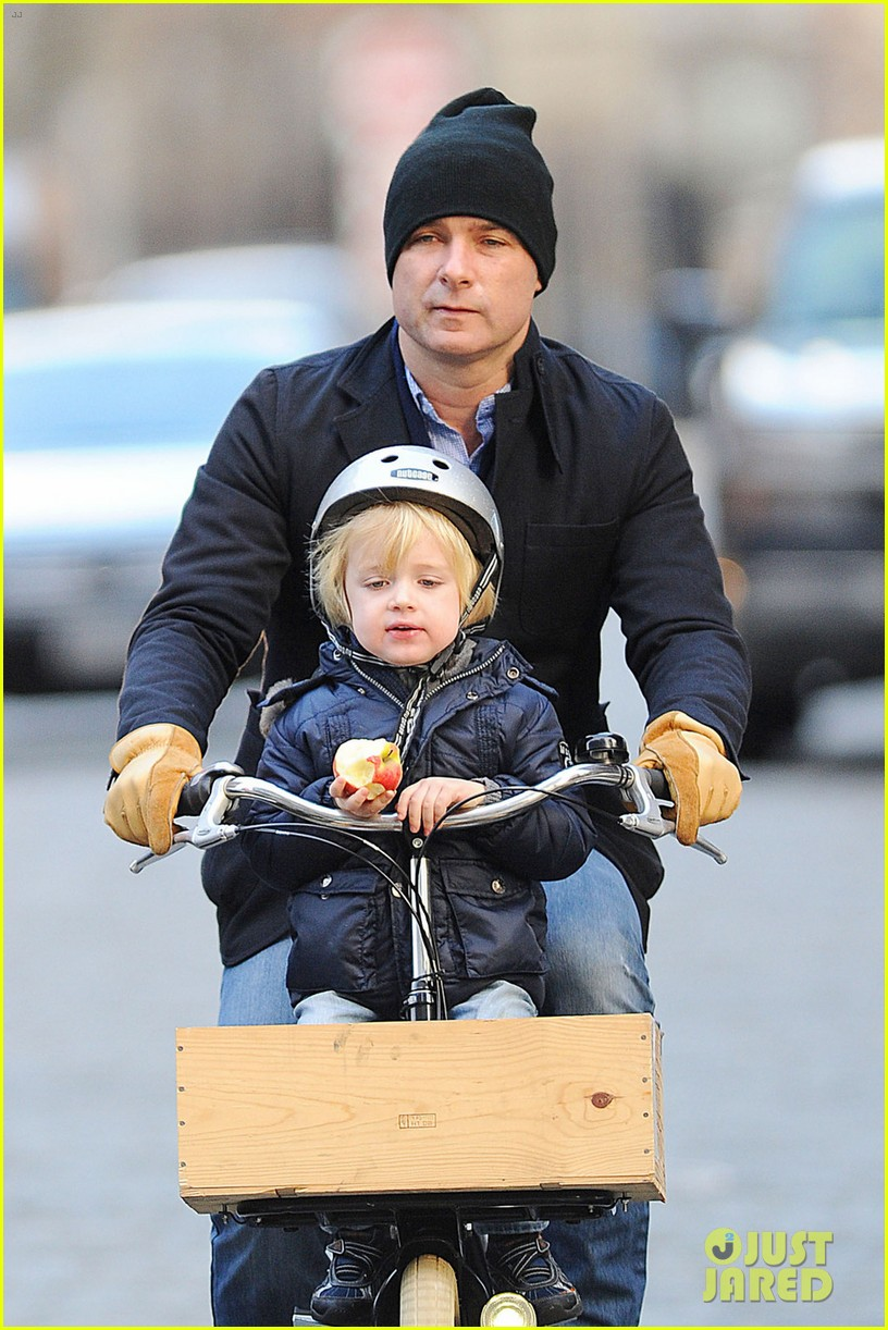 naomi watts liev schreiber loves biking with the boys 04