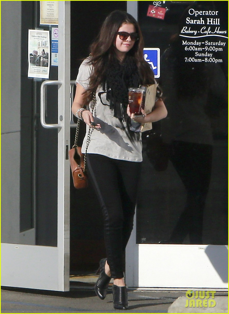 selena gomez panera pick up 01