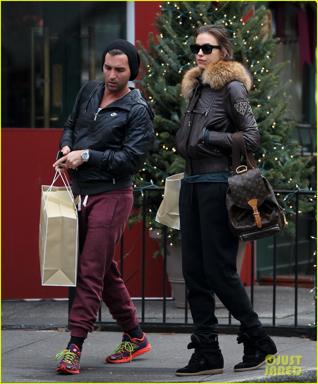 irina shayk big apple shopping with male pal 01