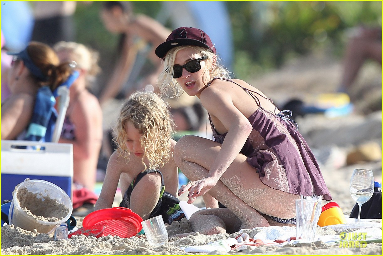 ashlee simpson beach bonding with bronx 022782629
