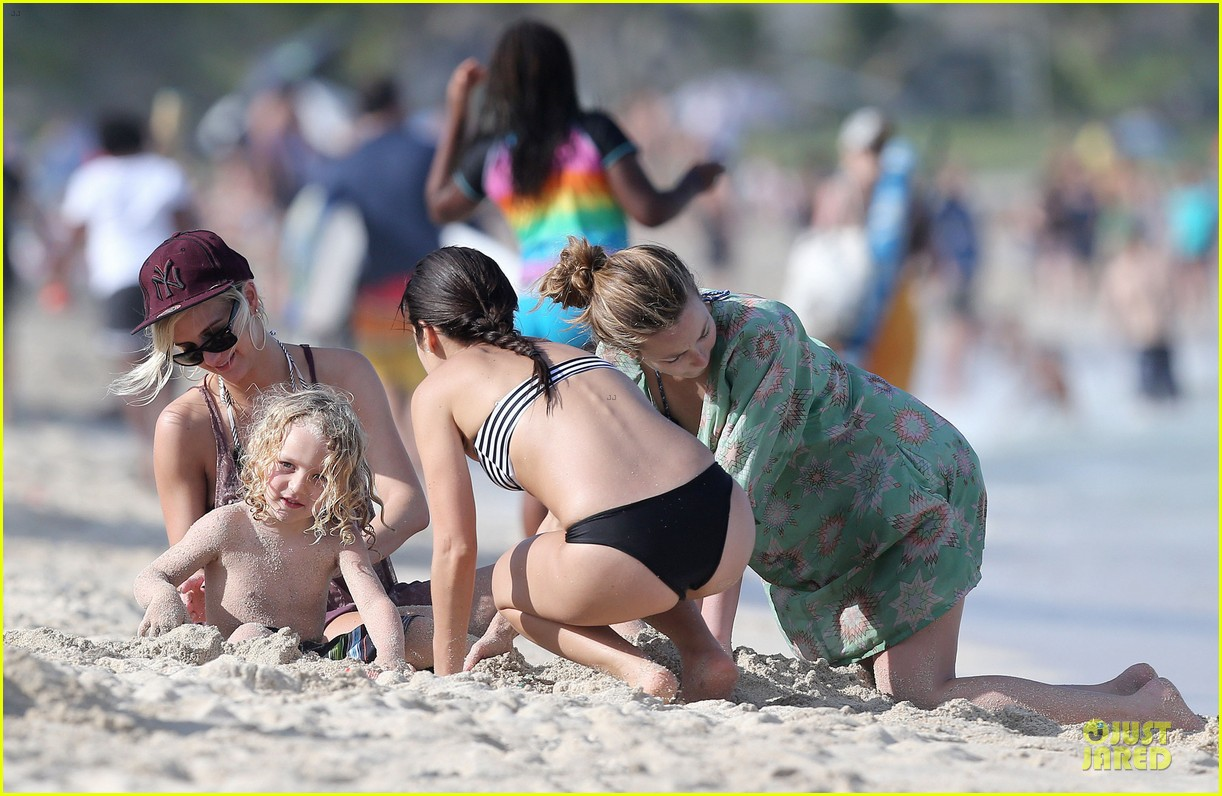 ashlee simpson beach bonding with bronx 102782637