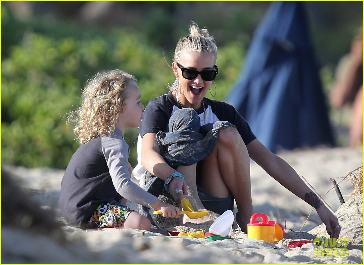 ashlee simpson beach kisses for bronx 062781782