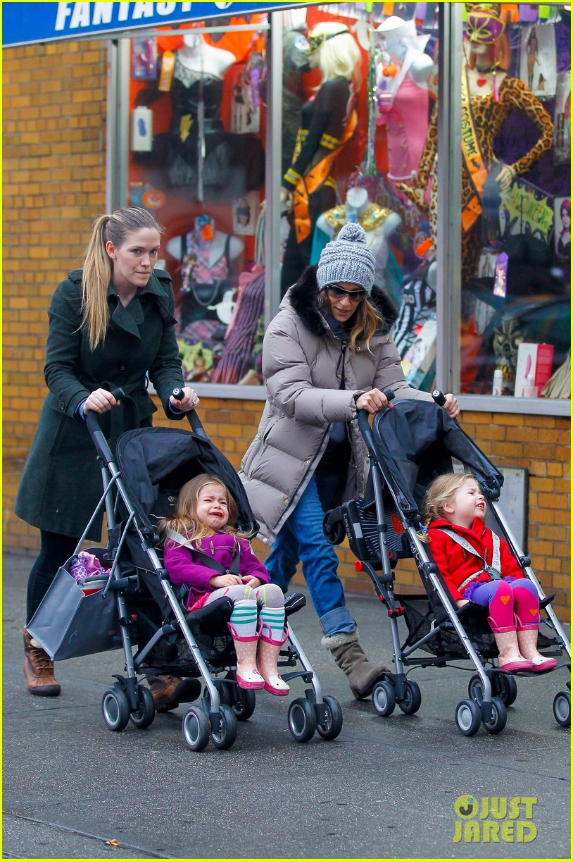 sarah jessica parker bundled up school run 082777285