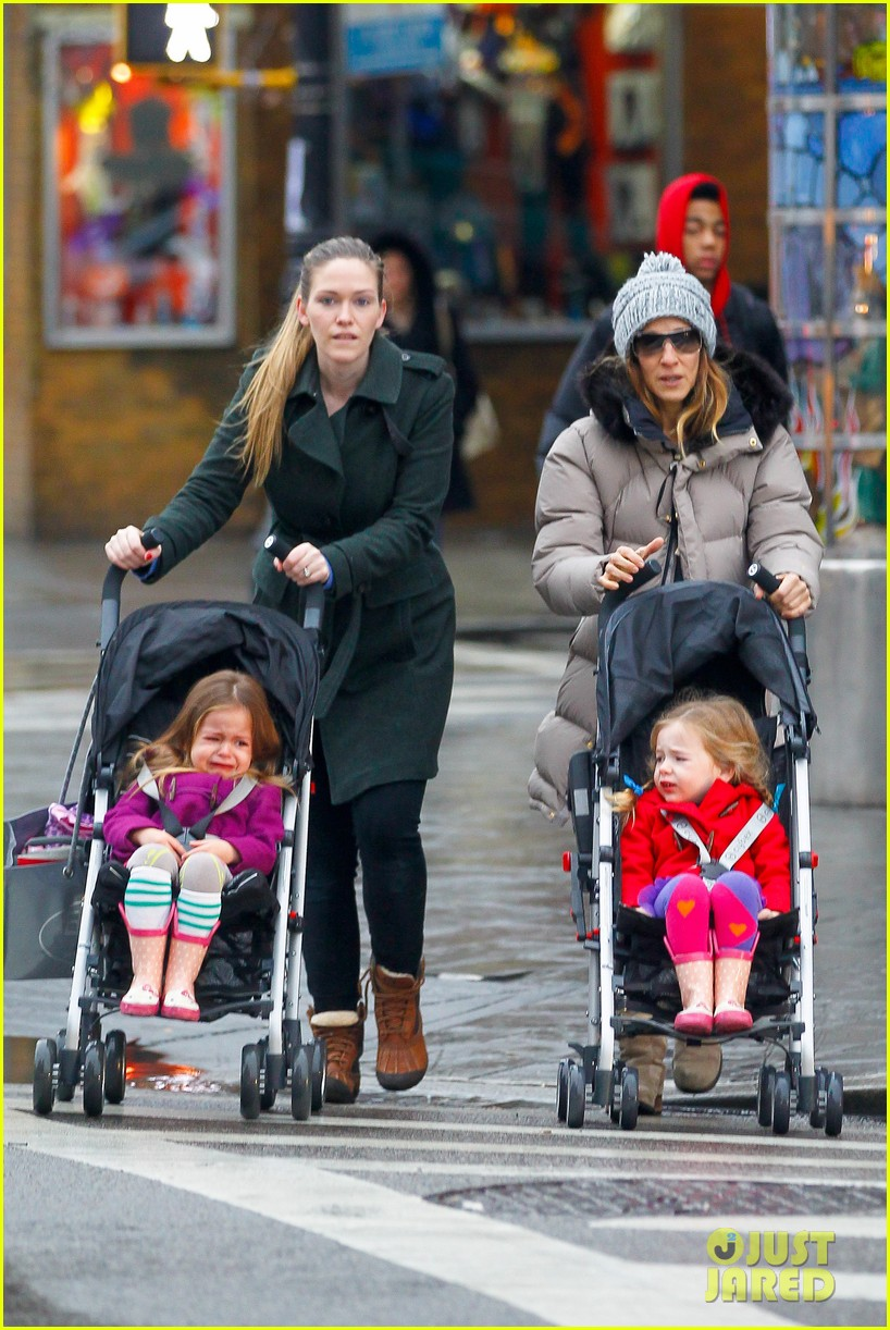sarah jessica parker bundled up school run 092777286