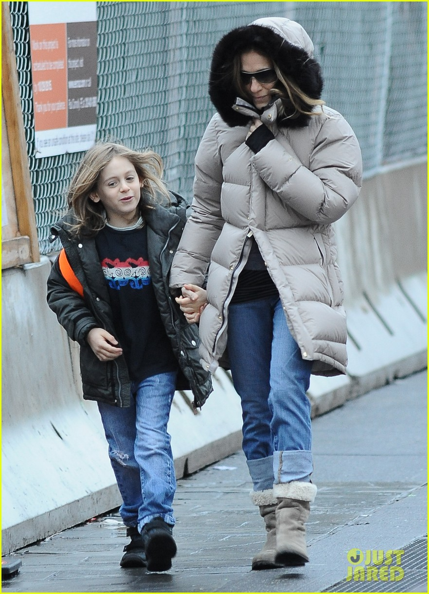 sarah jessica parker bundled up school run 102777287