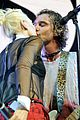 gwen stefani gavin rossdale kiss at christmas concert 02