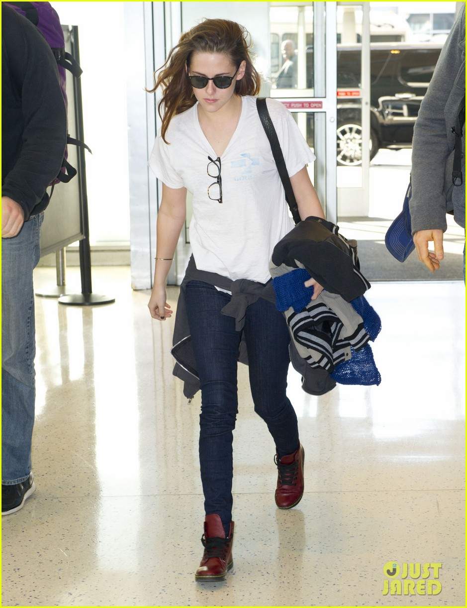 kristen stewart jets out of new york city 01