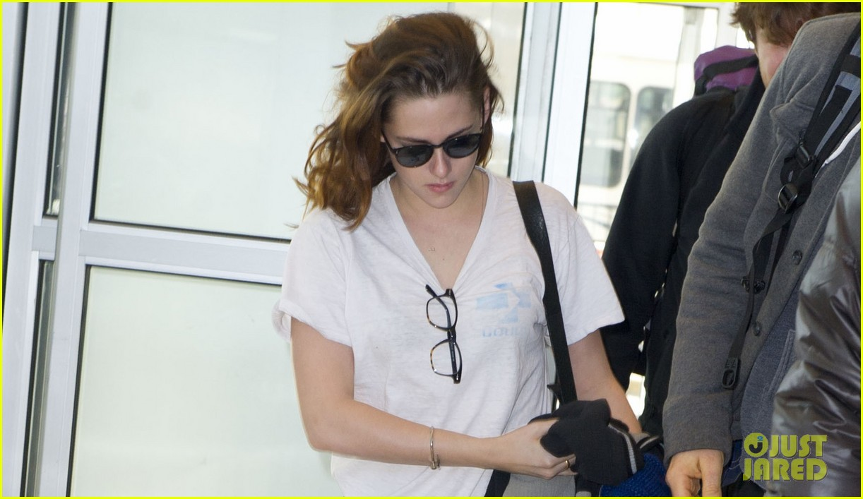 kristen stewart jets out of new york city 02