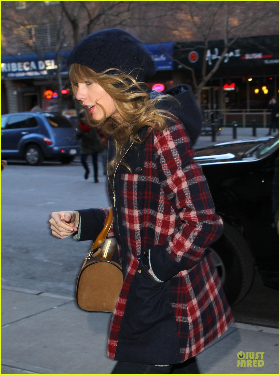 taylor swift receives scrabble board for christmas 02