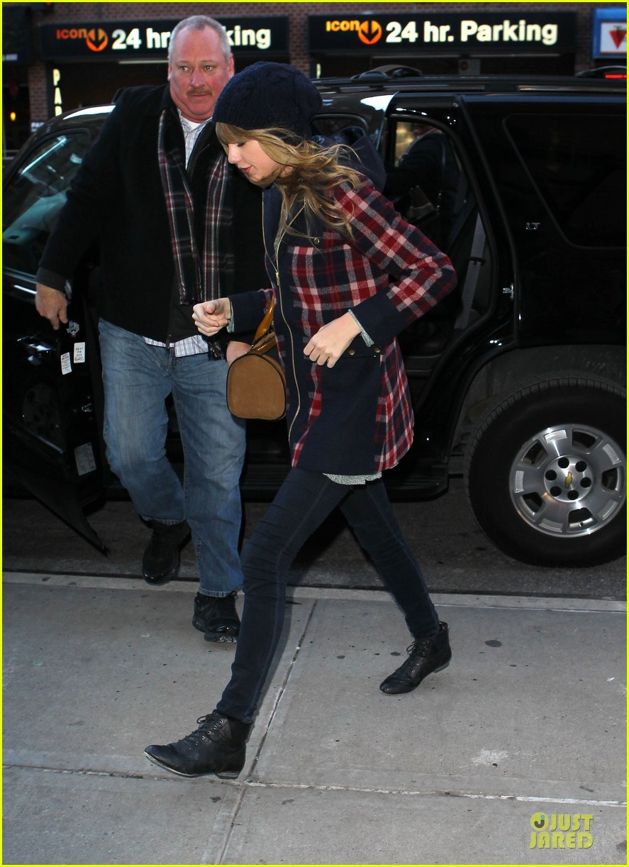 taylor swift receives scrabble board for christmas 052782605