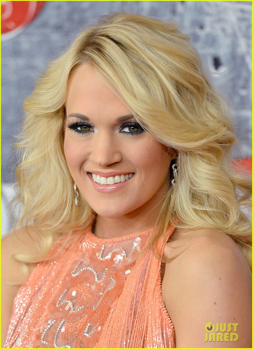 carrie underwood miranda lambert acas red carpet 2012 03
