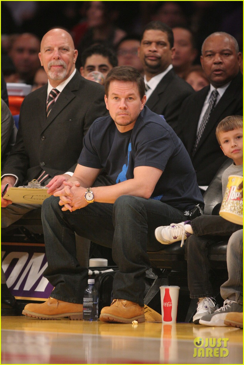 mark wahlberg will ferrell court side laker guys 01