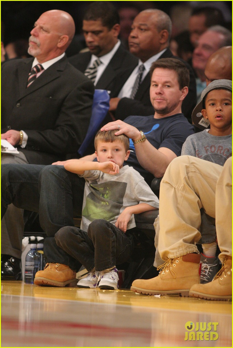 mark wahlberg will ferrell court side laker guys 04