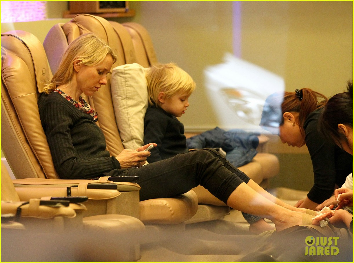 naomi watts samuel mother son pedicures 08
