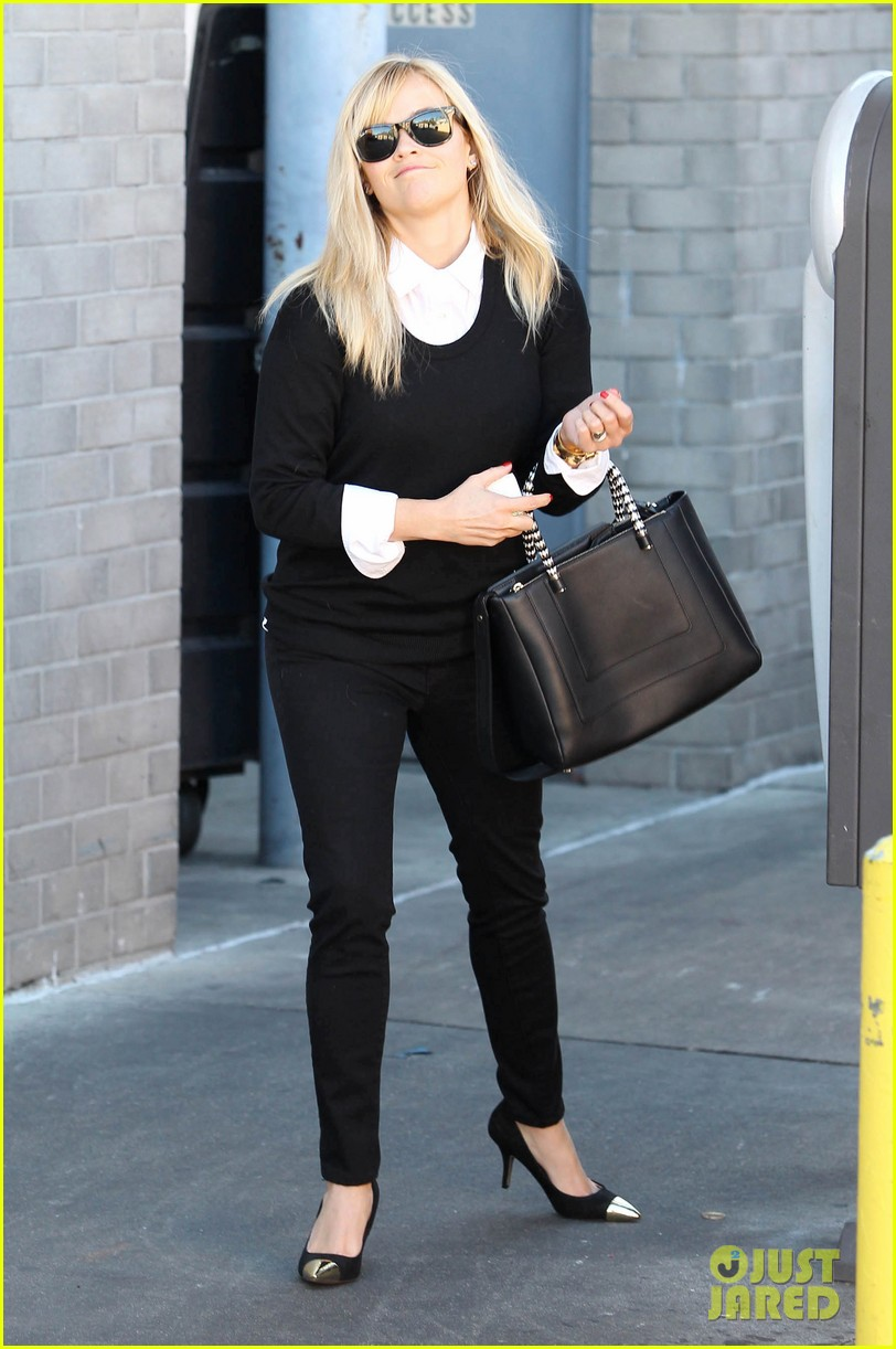 reese witherspoon le pain quotidien lunch 102779021