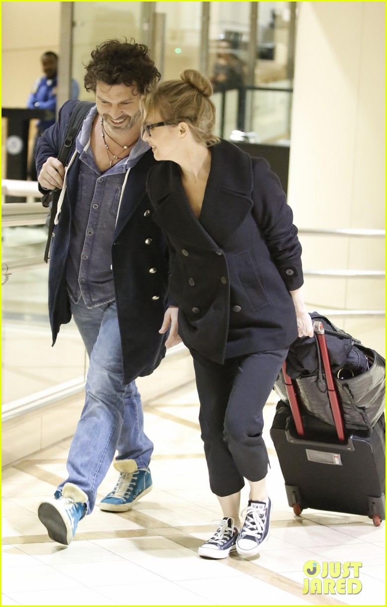 renee zellweger gets close to doyle bramhall ii at lax 012778785