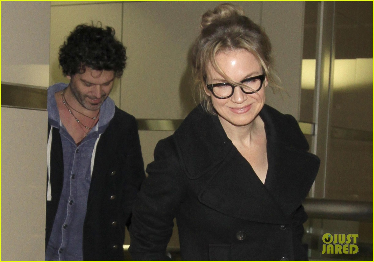 renee zellweger gets close to doyle bramhall ii at lax 022778786