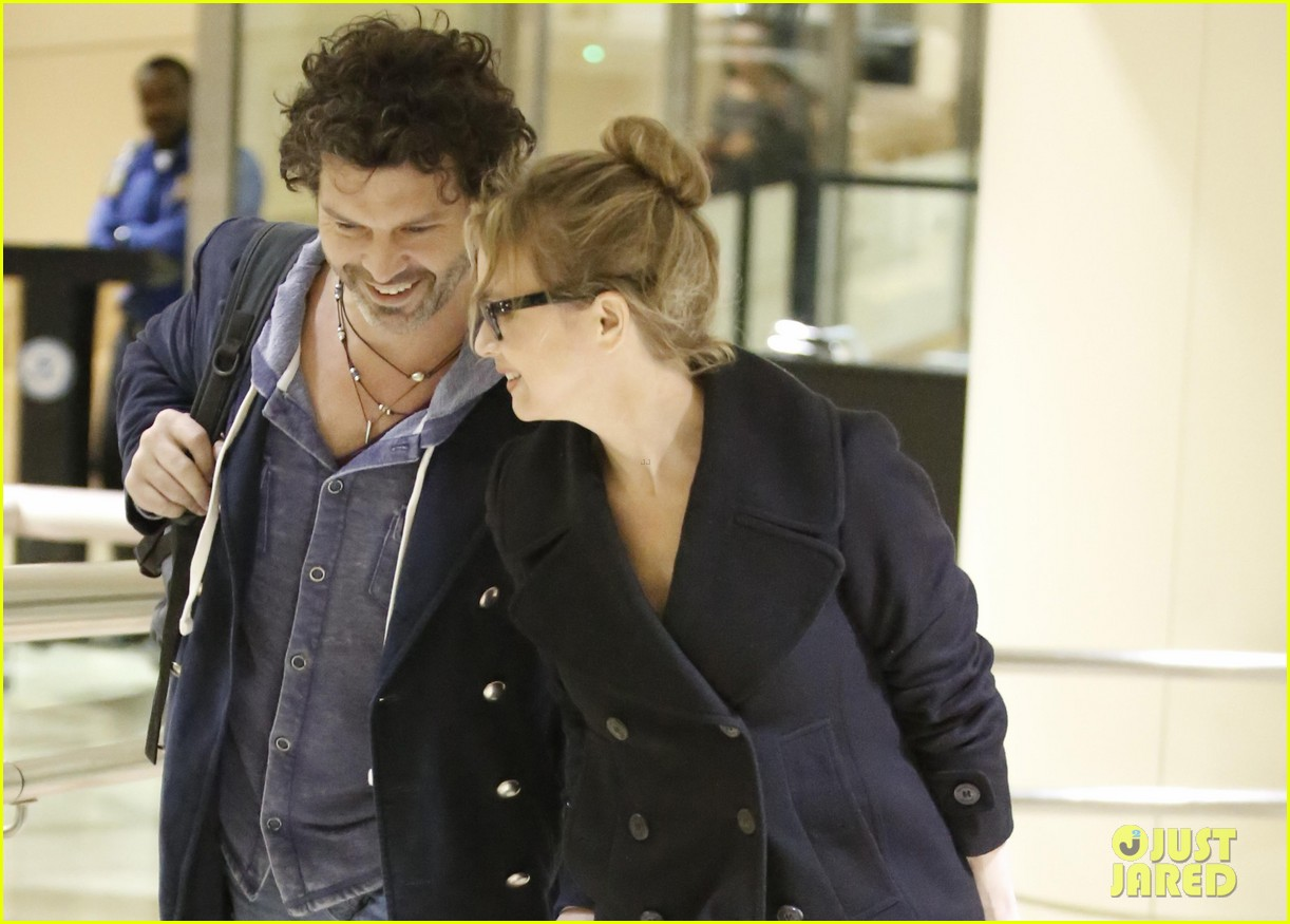 renee zellweger gets close to doyle bramhall ii at lax 032778787