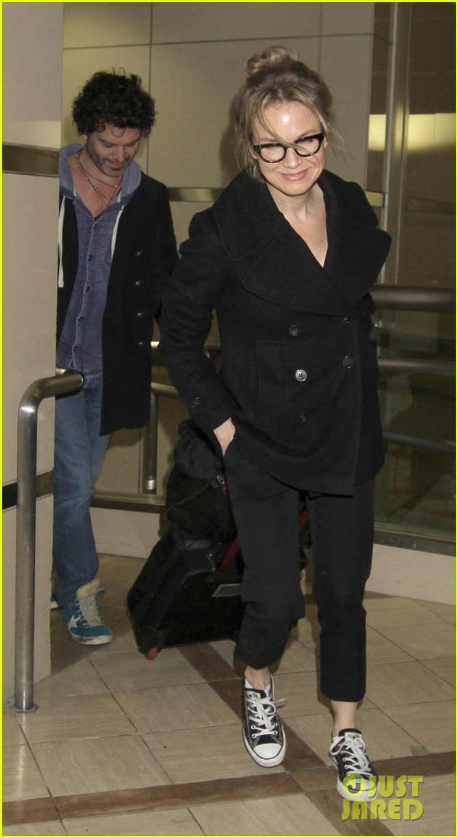 renee zellweger gets close to doyle bramhall ii at lax 042778788