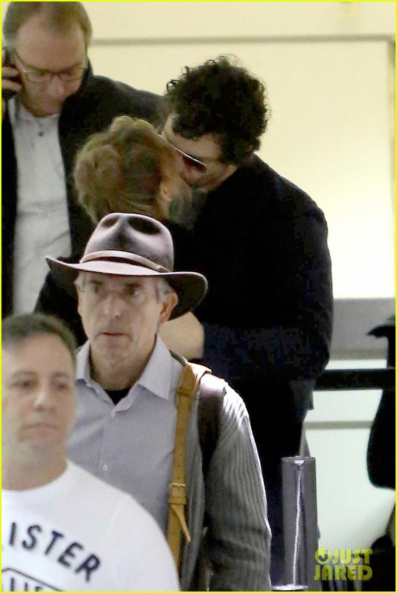 renee zellweger kisses doyle bramhall ii at airport 022774737