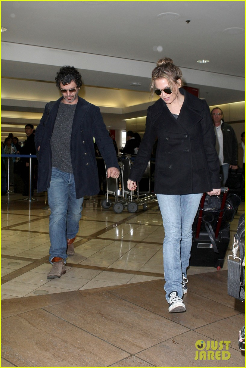 renee zellweger kisses doyle bramhall ii at airport 062774741