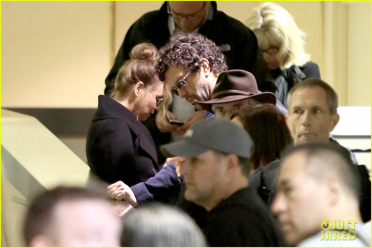 renee zellweger kisses doyle bramhall ii at airport 08