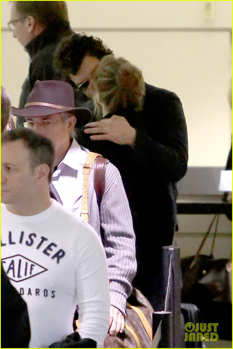 renee zellweger kisses doyle bramhall ii at airport 09