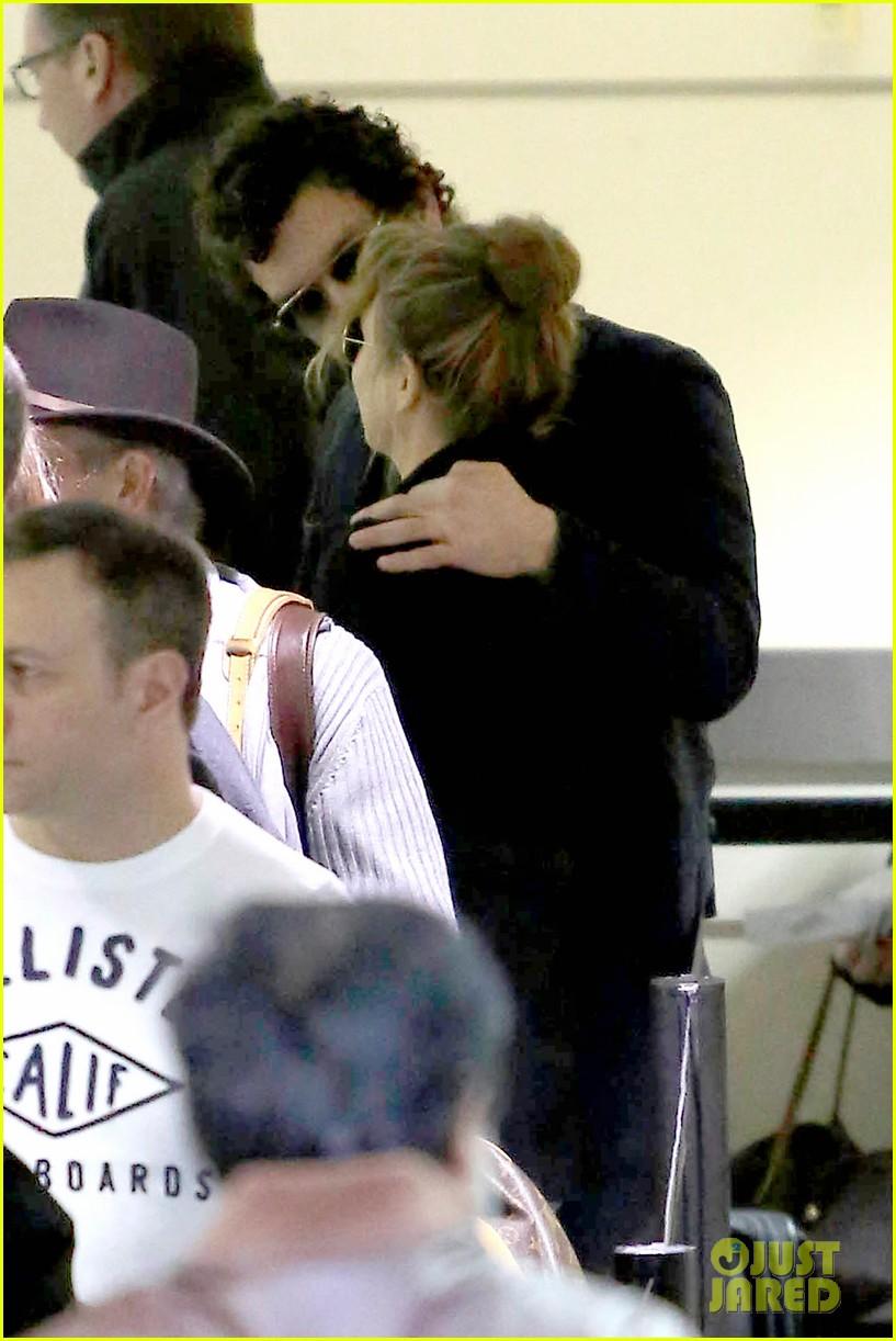 renee zellweger kisses doyle bramhall ii at airport 102774745
