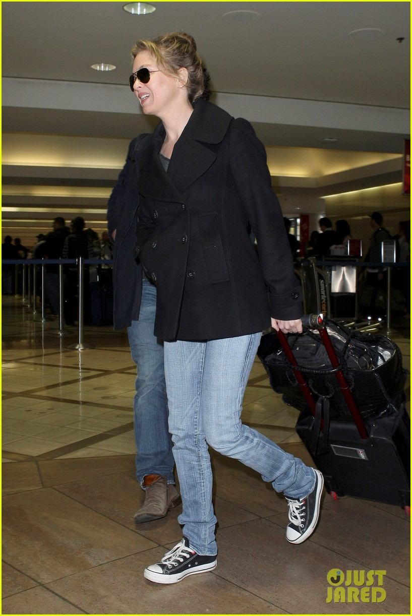 renee zellweger kisses doyle bramhall ii at airport 112774746