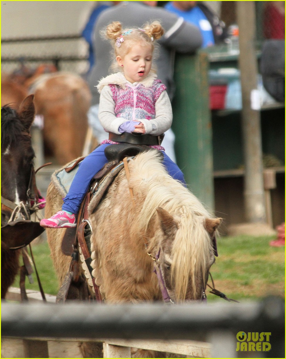 amy adams aviana goes for a pony ride 022800321