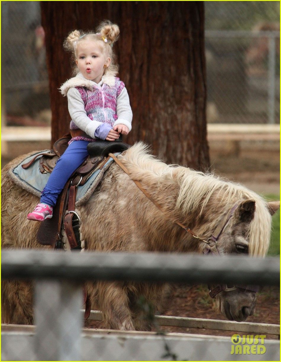amy adams aviana goes for a pony ride 16