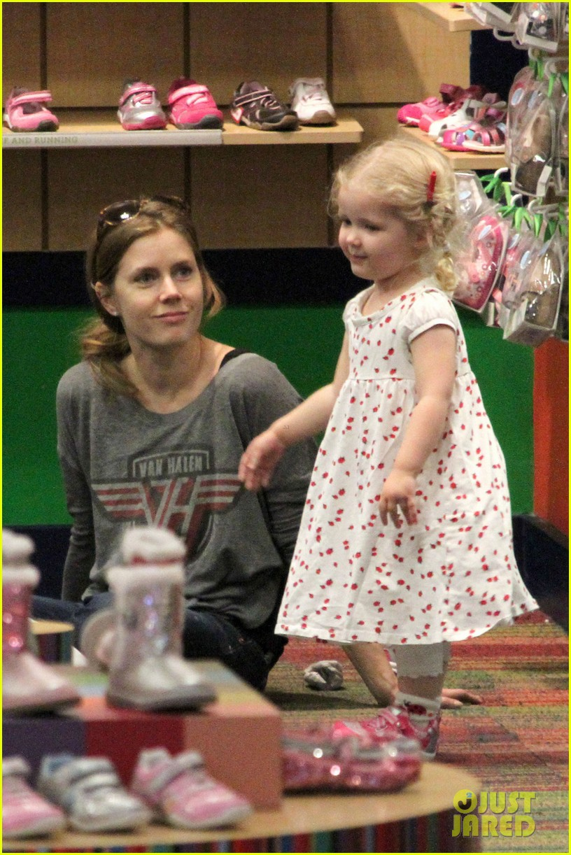 amy adams shoe shopping with aviana 02