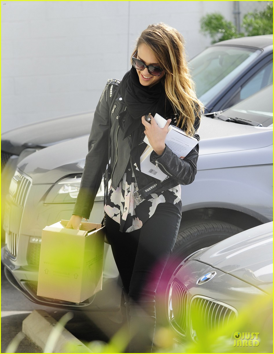 jessica alba wraps up work week with drinks 032789385