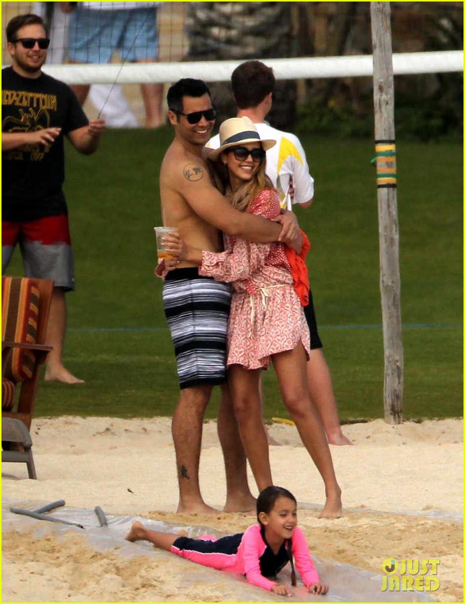 jessica alba cabo beach with shirtless cash warren 04