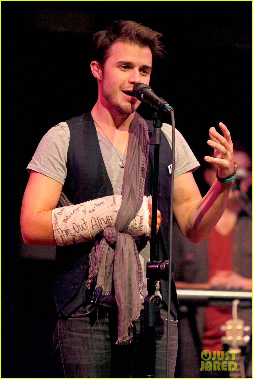 kris allen performs with broken wrist after car accident 012789873