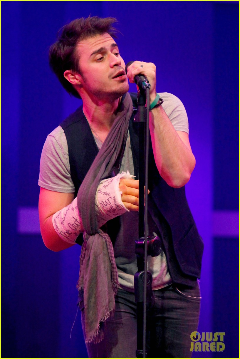 kris allen performs with broken wrist after car accident 022789874