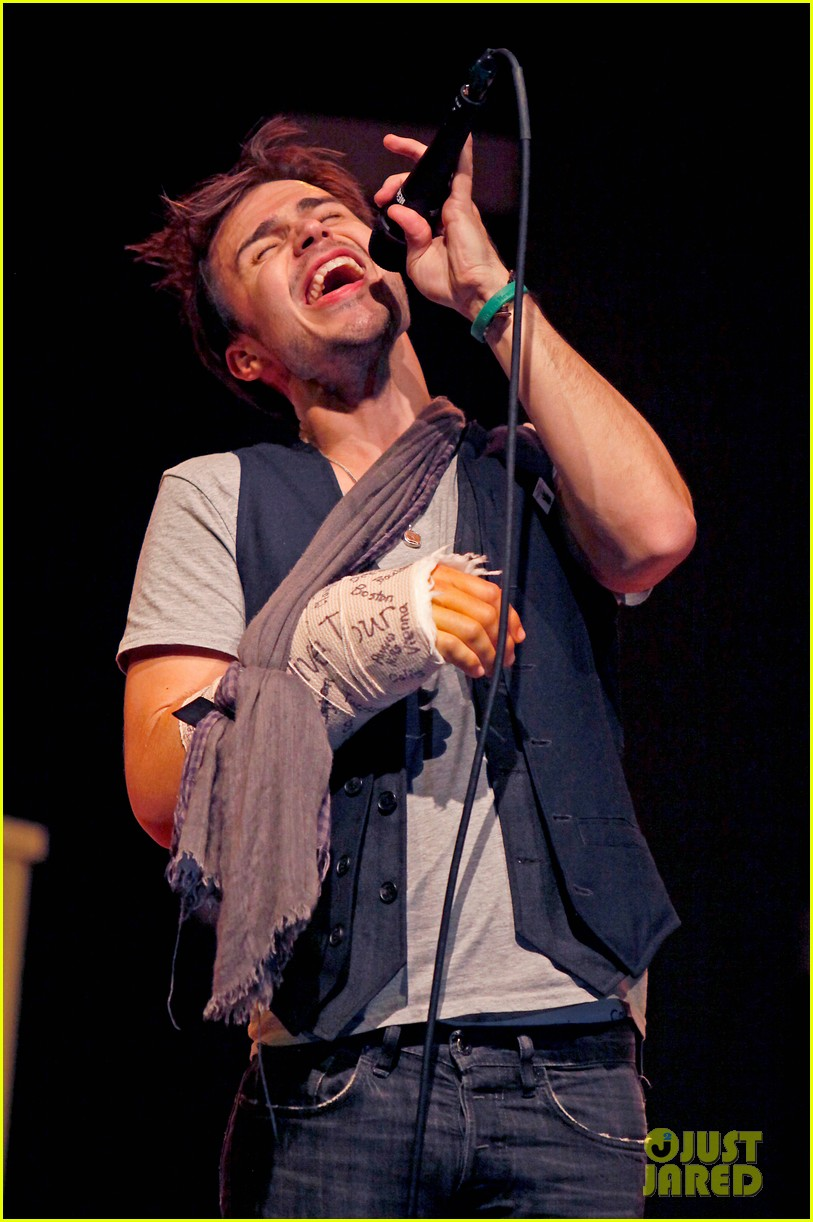 kris allen performs with broken wrist after car accident 032789875