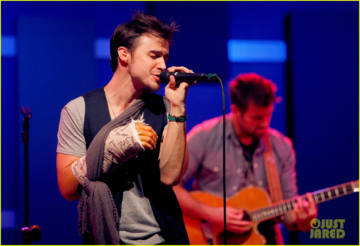 kris allen performs with broken wrist after car accident 06