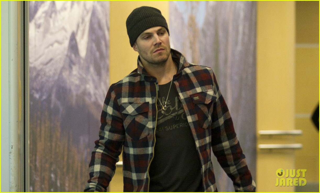 stephen amell new wife cassandra kings game couple 032796780