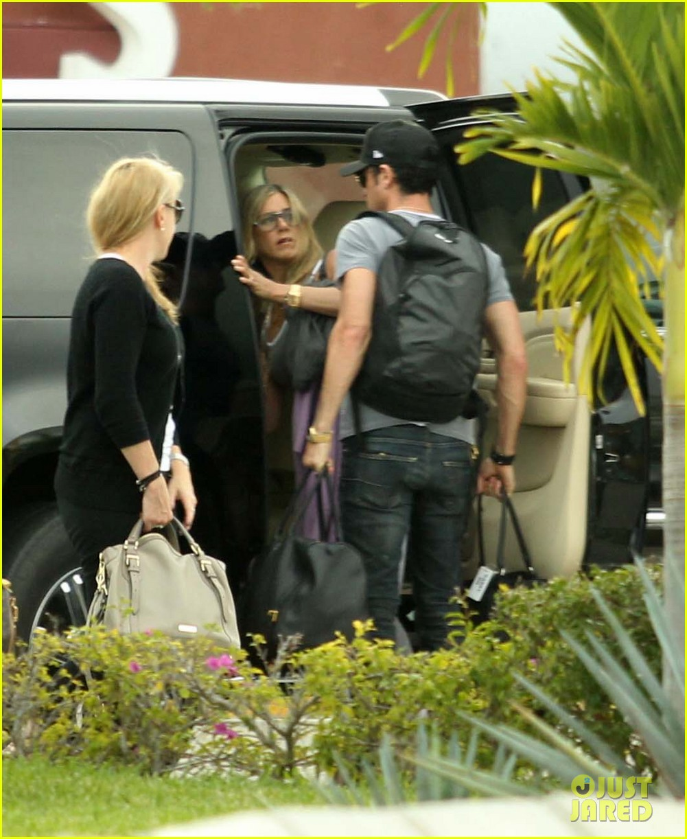 jennifer aniston justin theroux friends depart cabo 04