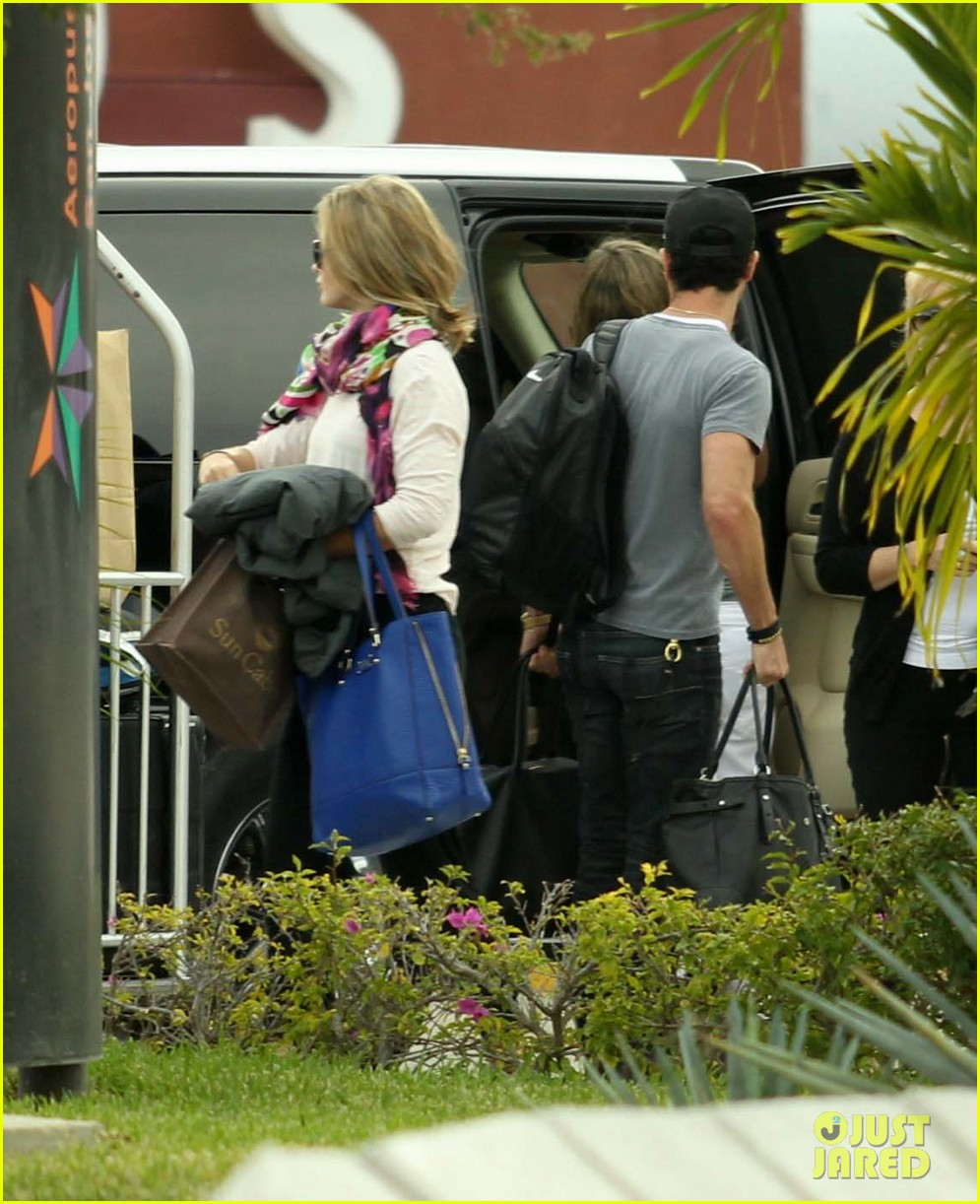 jennifer aniston justin theroux friends depart cabo 142784483