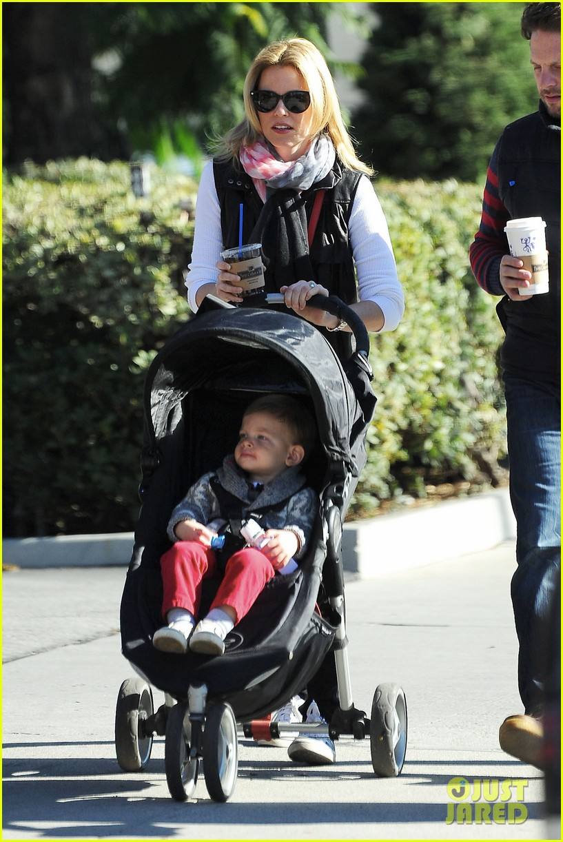 elizabeth banks family outing 05