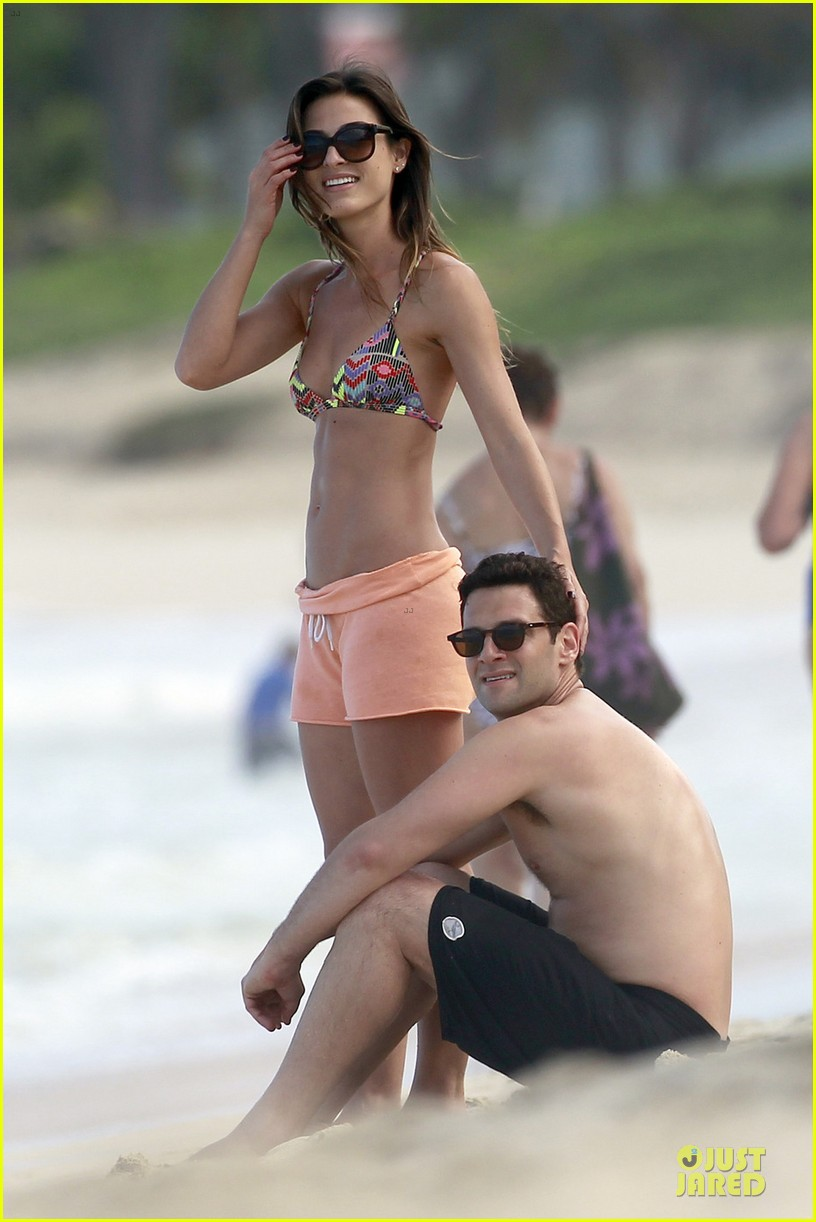justin bartha shirtless maui vacation with mystery woman 03