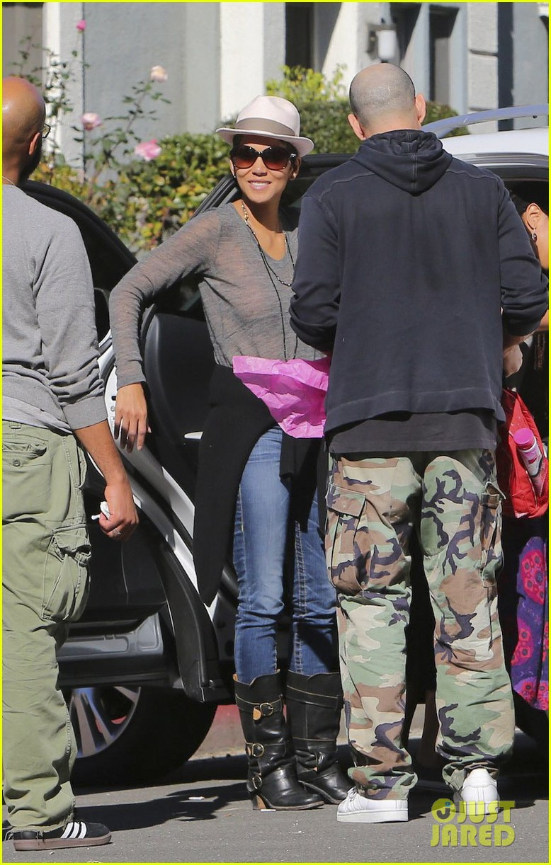 halle berry disneyland with nahla 242796704