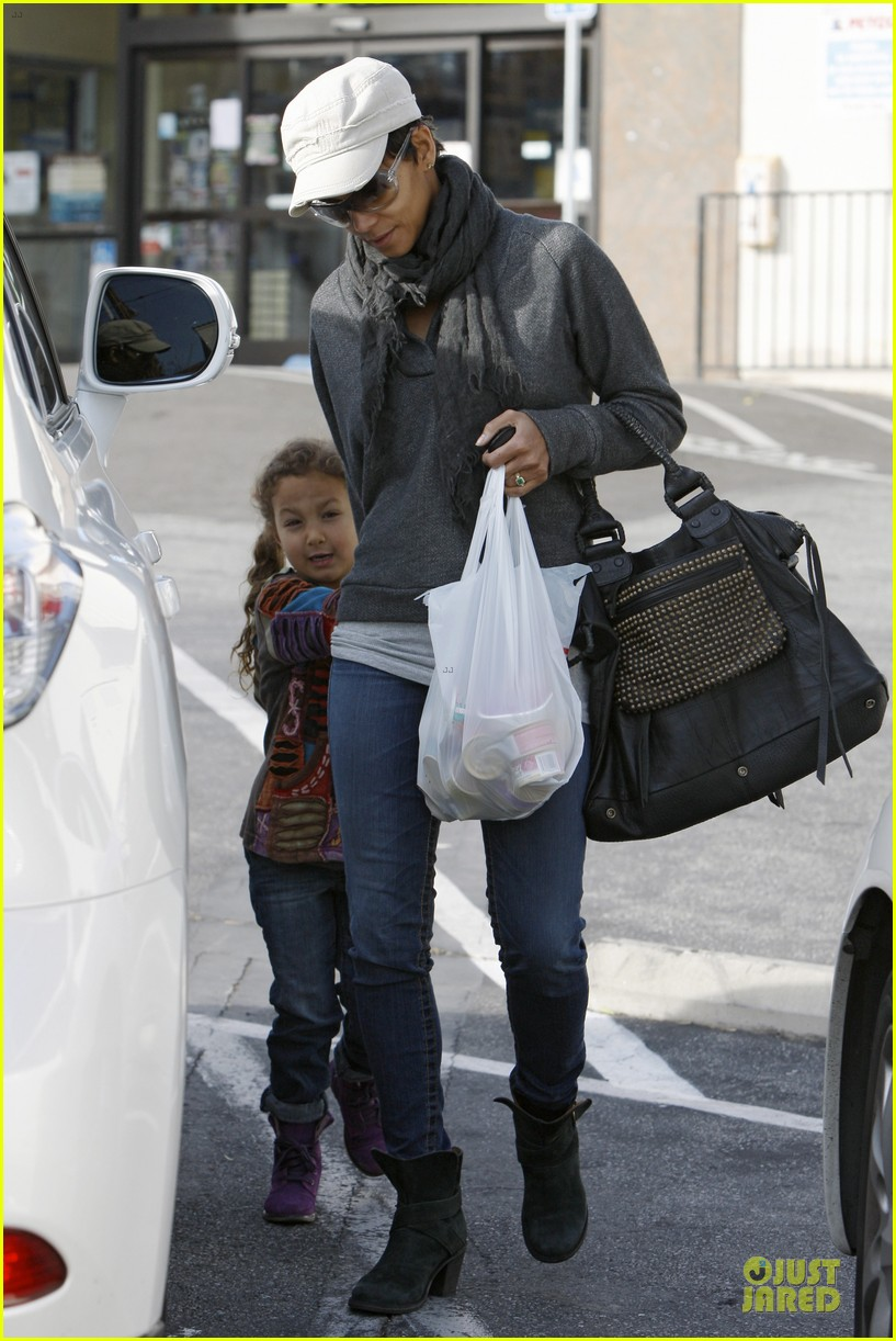 halle berry naacp image awards presenter 032801160