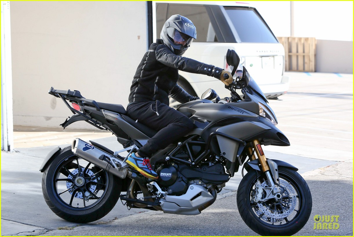 orlando bloom motorcycle ride to the gym 012785196