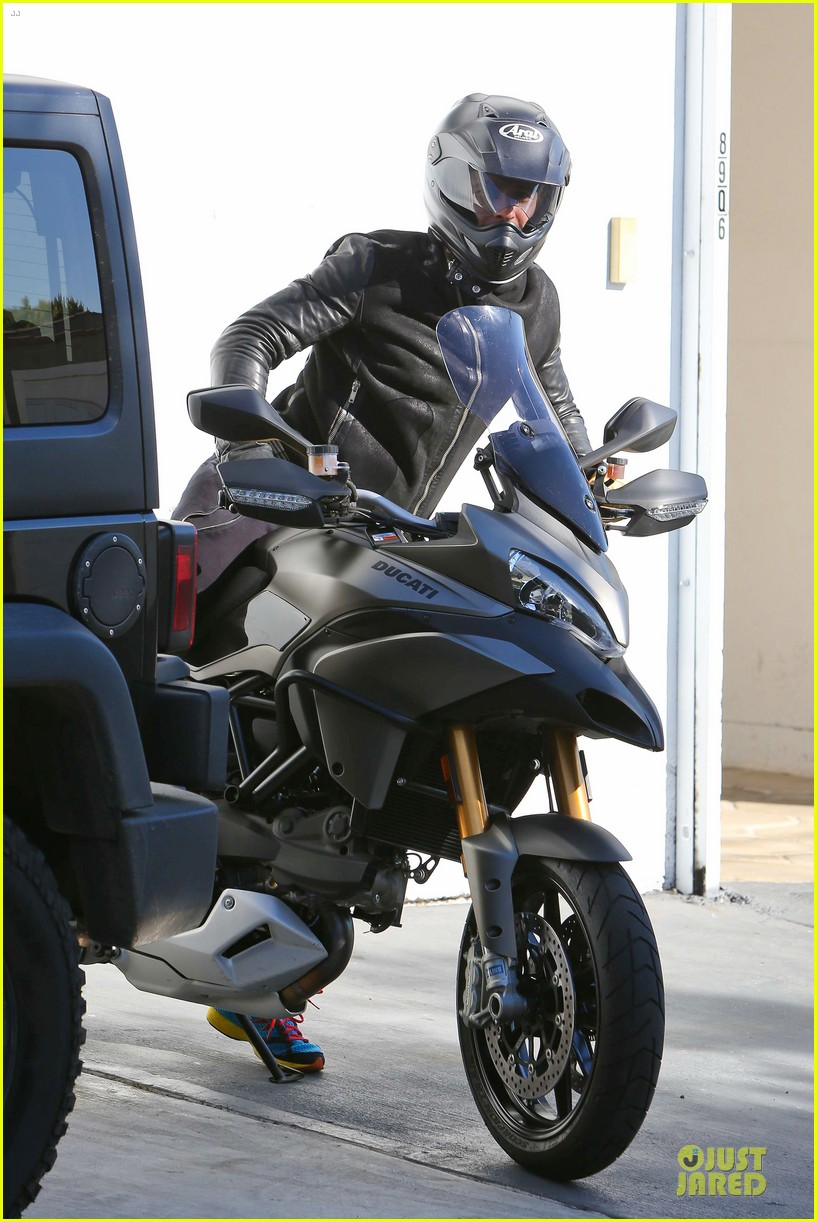 orlando bloom motorcycle ride to the gym 032785198