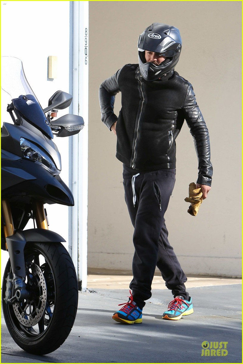orlando bloom motorcycle ride to the gym 08